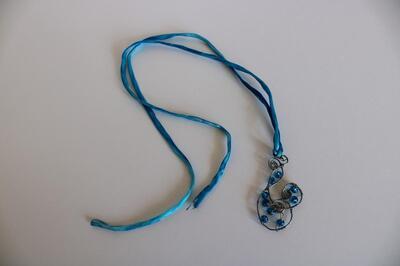 Drátkovaný šperk na hedvábné šňůrce