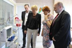 Zleva: Ing. Pavel Calábek – ředitel nemocnice FNTB Zlín, MUDr. Lucie Svitálková – primářka dětského oddělení