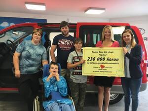 Rodina Směšných převzala vůz se speciální úpravou pro svého handicapovaného syna Filipa