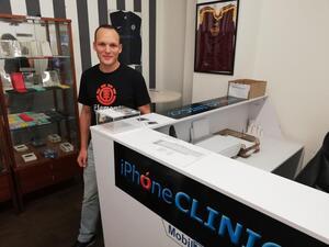 Společně s iPhoneClinic vybíráme peníze na neurostimulátor pro Jindru