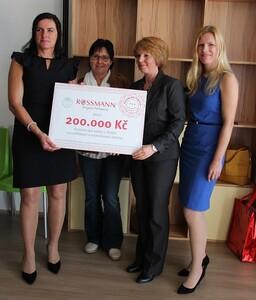 Předání šeku azylovému domu v Třebíči