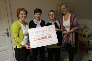 Domu tří přání jsme předali předali šek s částkou 200 000 Kč